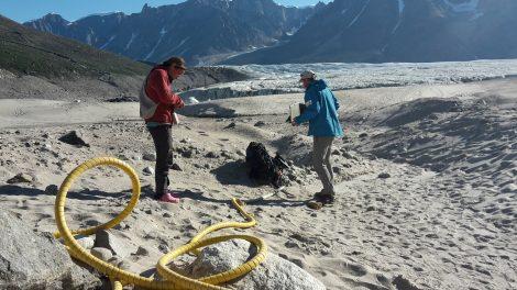 Les géophysiciens Agnès Helmstetter et Eric Larose utilisent la technique du géoradar.