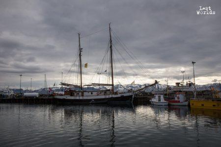 Le Donna Wood dans le port d'Húsavík sous un ciel couvert. (Crédit photo : Yann Bigant / Naturevolution)