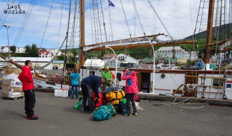 L'équipage termine le chargement des derniers sacs quelques instants avant le départ. (Crédit photo : Marie-Lilas Vidal / Naturevolution)