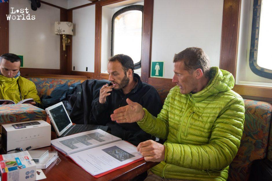 Evrard et Phil échangent autour des plans de vols du drone planeur. (Crédit Photo Yann Bigant / Naturevolution)