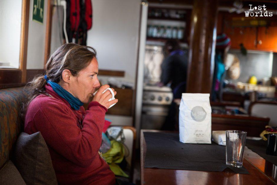 Moment de calme pour Agnès avec un thé chaud. (Crédit Photo Yann Bigant / Naturevolution)