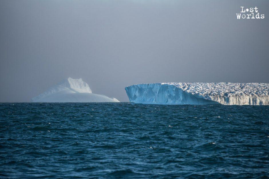 Un bel iceberg tabulaire en croise un plus petit à l'entrée du Scoresby Sund. (Photo Evrard Wendenbaum / Naturevolution)
