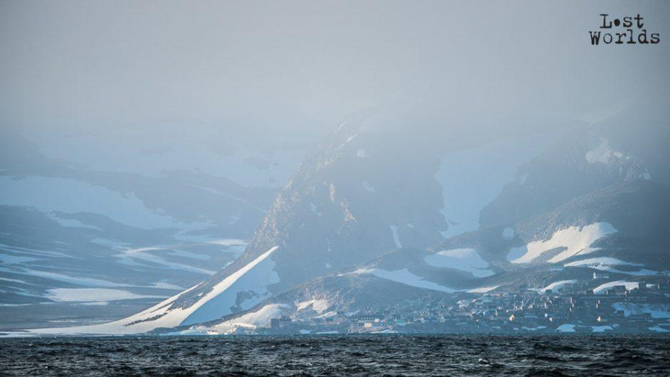 Approche d'Ittoqqortoormiit dans la brume. (Photo Evrard Wendenbaum / Naturevolution)