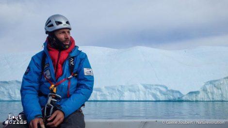 Le géophyisicien Eric Larose se prépare à poser des capteurs sismiques sur un iceberg (Photo Gaëlle Joubert / Naturevolution)
