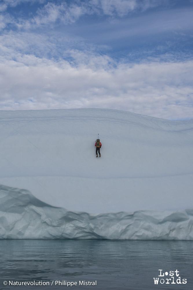 Evrard grimpe l'iceberg au piolet. (Photo Philippe Mistral / Naturevolution)