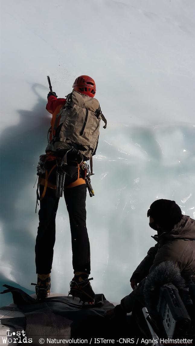 Evrard s'apprête à monter sur l'iceberg, mais un craquement fait rapidement reculer la navette. (Photo Agnès Helmstetter / ISTerre-CNRS / Naturevolution)