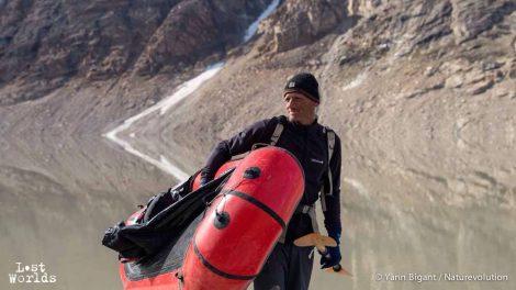 Evrard se prepare a aller a l'eau en pack raft sur le lac Catalinadal. (Photo Yann Bigant / Naturevolution)