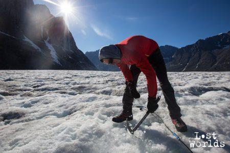 Piolet en main sur la glacier Apusinikajik, Raphaël aide au quotidien les scientifiques dans leur travail (Photo Marie-Lilas / Naturevolution)