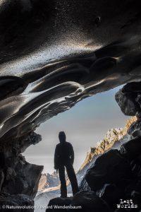 Dans la bouche d'une grotte glaciaire. (Photo Evrard Wendenbaum / Naturevolution)