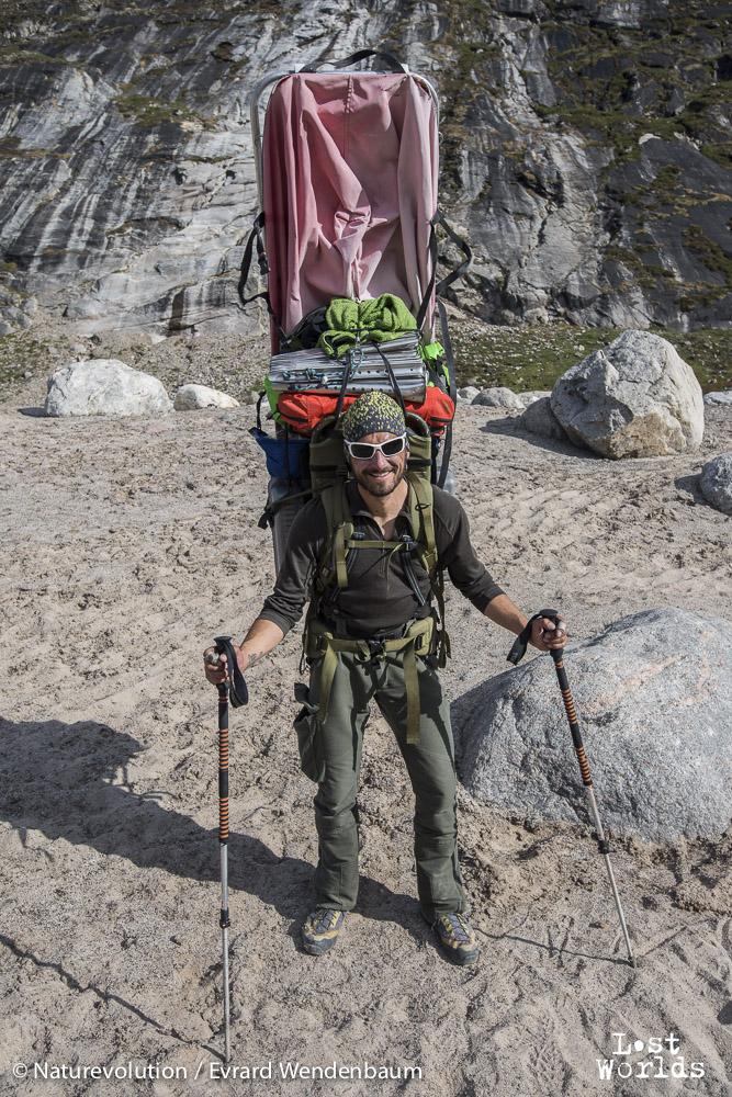 Olivier porte sur son dos une des pulkas trouvées sur notre route. Elles ont été abandonnées là, lors d'une précédente expédition. (Photo Evrard Wendenbaum / Naturevolution)