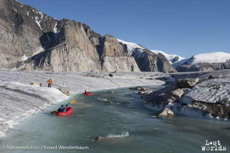 Evrard et Philippe s'apprêtent à parcourir le torrent en petit bateau (photo Evrard Wendenbaum / Naturevolution)
