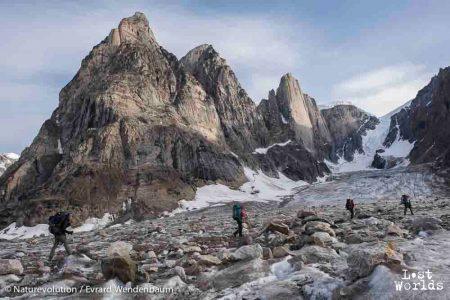 Sur notre route vers la diffluence du glacier Edward Bailey se dressent les gigantesques falaises du Mirror Wall.