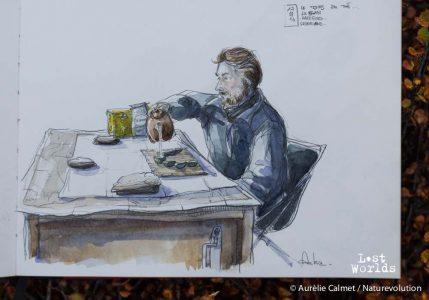 Yann entreprend une dégustation de thé dans la tente mess du camp d'Harefjord. Dessin Aurélie Calmet. Thé Lushan.
