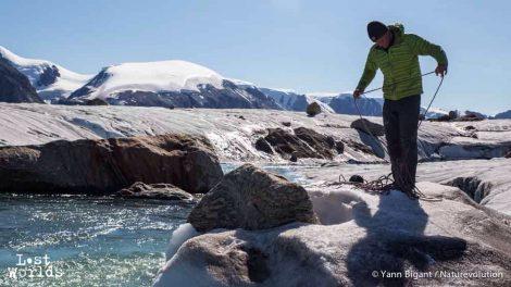 Evrard installe la corde qui va permettre de retenir le passage des bateaux. (Photo Yann Bigant / Naturevolution)