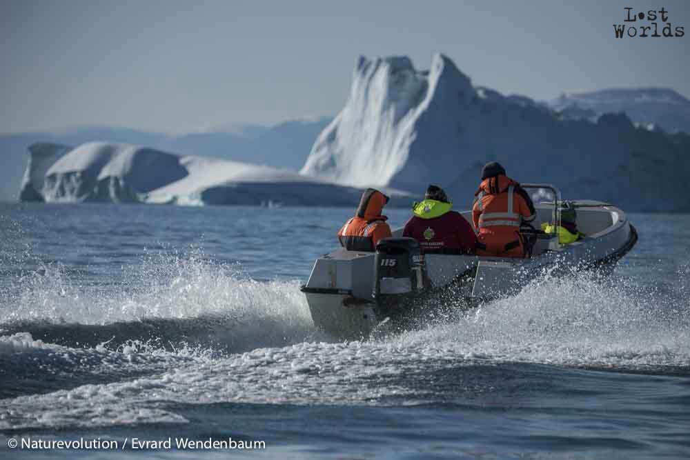 C'est chaudement équipés que l'équipe monte à bord de la navette, qui slalome entre les icebergs.