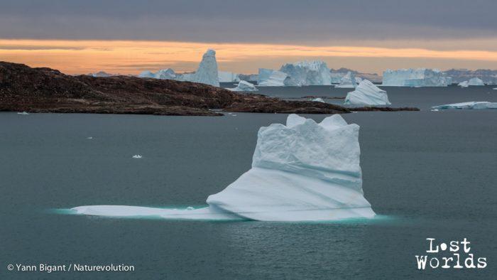 Inlassablement, des icebergs passent en face de la cabane de Sydkap.