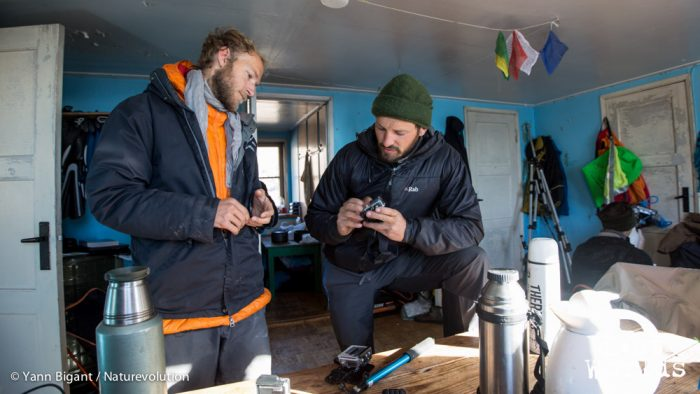 Mat et Olive préparent un système pour accrocher des caméras Gopro sur les kayaks dans la cabane de Sydkap.