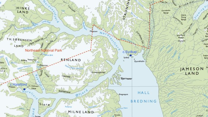 Le nord du Scoresby Sund avec la péninsule du Renland, et les camps de Harefjord (à gauche) et de Sydkap (au centre) à l'embouchure de Nordvestfjord. Les pointillés rouges délimitent le parc national du nord-est, le plus grand parc national du monde.