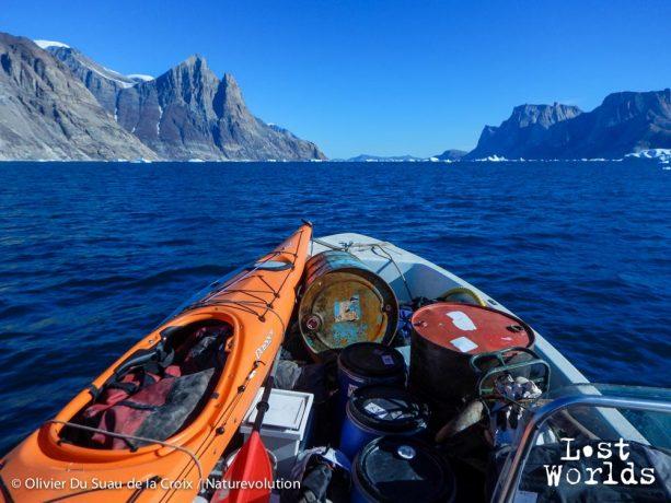 En route vers le dernier camp de l'expédition : le Renland à gauche, la terre de Milne à droite, au fond les Bear Islands avec derrière Sydkap.