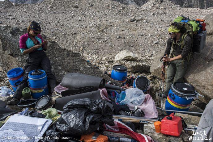 Parmi les déchets retrouvés, des cartes du territoire plastifiées. Et aussi des fruits secs et barres céréales.