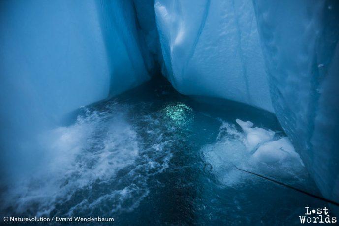 Sous l'eau glacée, Laurent se balade dans les entrailles du glacier