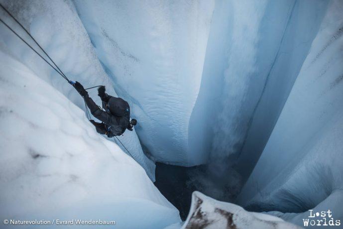 Trempé et gelé, Yann remonte à la surface après quelques heures dans le coeur du moulin.