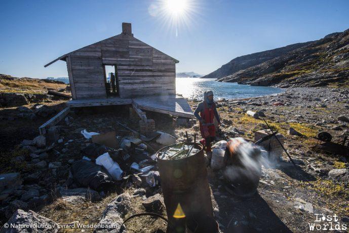 A Sydkap, l'expédition passe l'après-midi a ramasser et brûler les déchets.