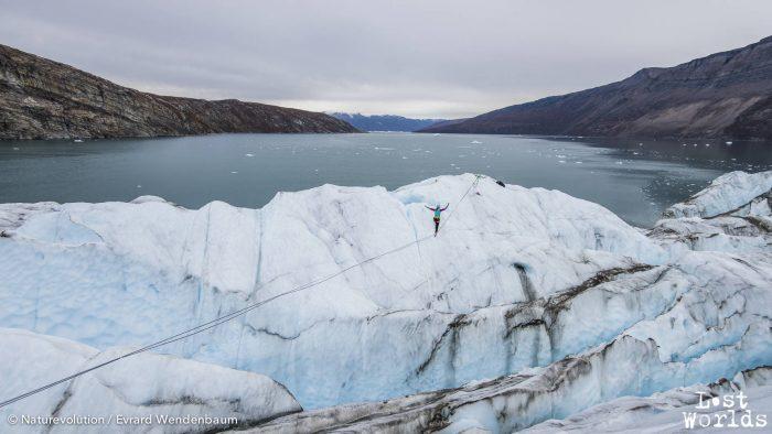 Gaëlle fait une démonstration vertigineuse de iceline au-dessus d'un glacier.