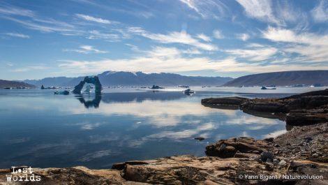 Iceberg en arche dans Harefjord au petit matin