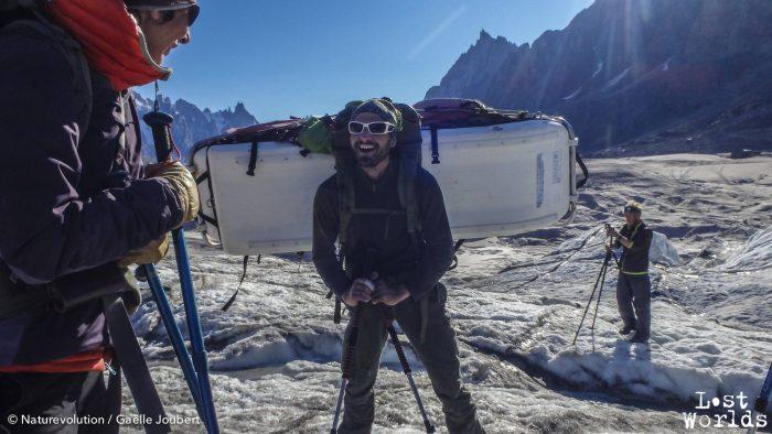 Olivier portera plus de 45 kg pour ramener les restes de l'expédition.