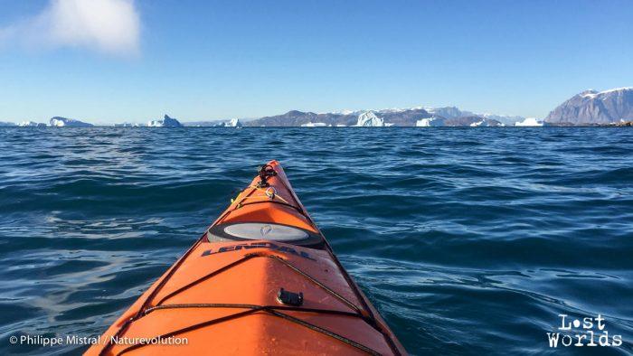 Philippe rejoint en kayak le deuxième point d'observation de Sydkap, un cap offrant un angle de vue très large.