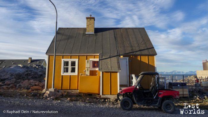 La maison de la soeur d'Ingkasi à Ittoqqortoomiit. Derrière, l'hôpital où elle travaille.