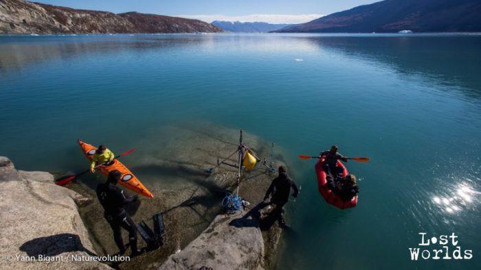 Laurent et Evrard se préparent à aller installer l'hydrophone et son trépied au fond des eaux du fjord.