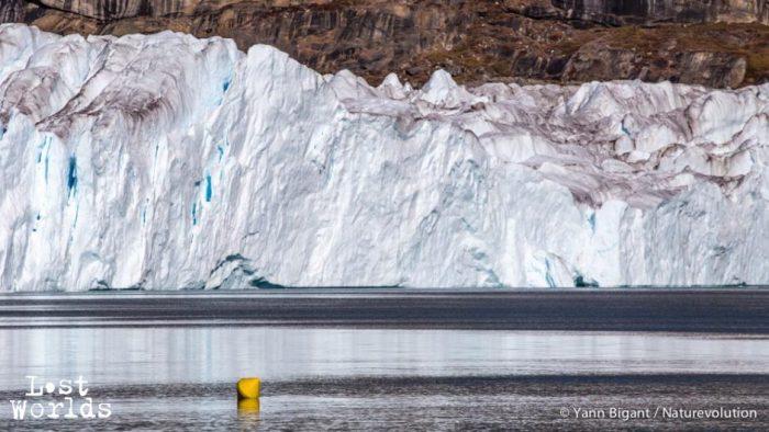L'hydrophone monté sur trépied enregistre l'activité sonore du front du glacier.