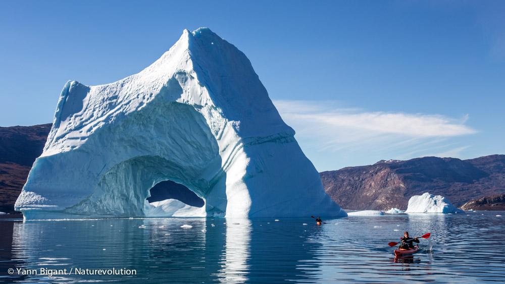 Evrard et Laurent reviennent en passant à proximité d'une arche de glace, Harefjord.