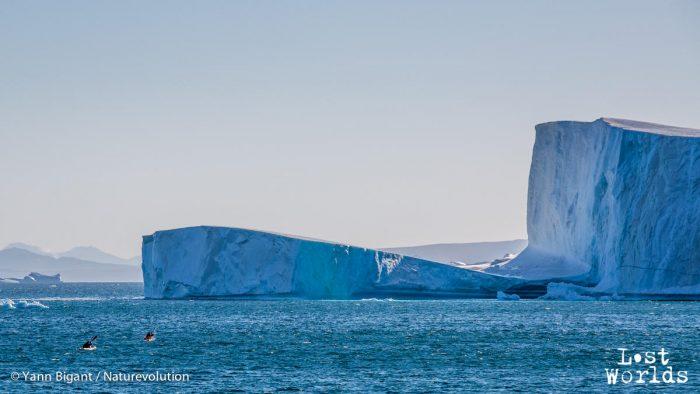 Aurélie et Evrard rejoignent en kayak l'iceberg échoué en face de Sydkap